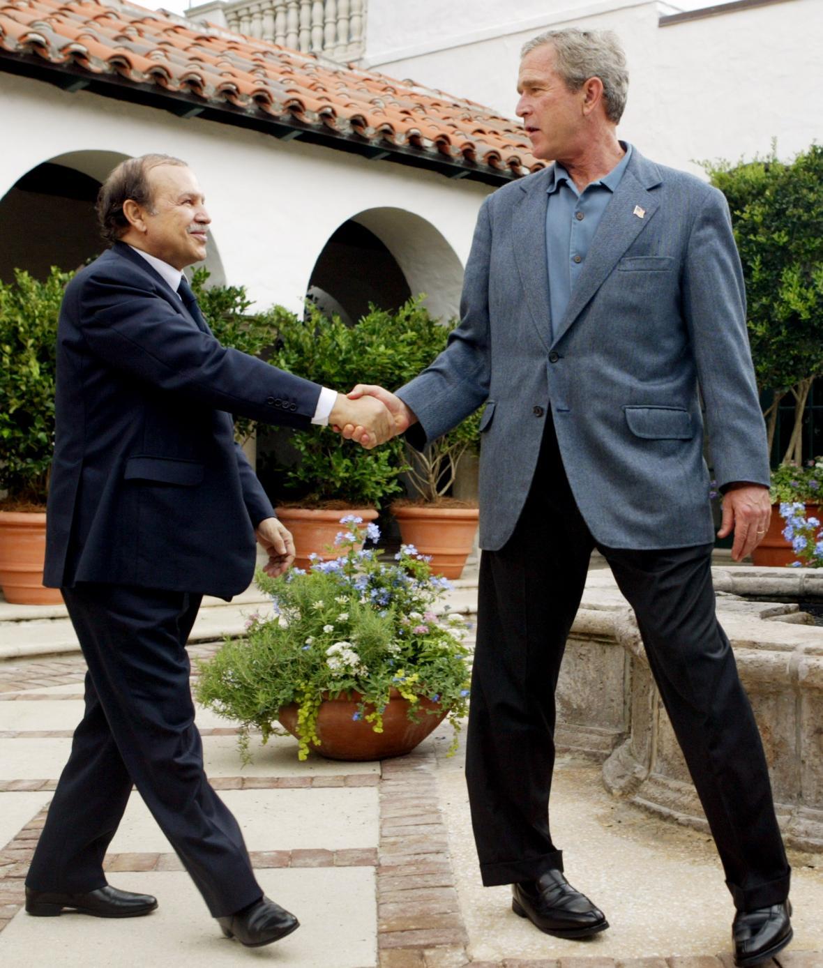 Abdelazíz Buteflika a George Bush mladší při setkání v roce 2004