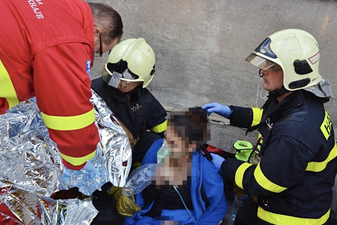 Hasiči z hořícího domu zachránili osm lidí