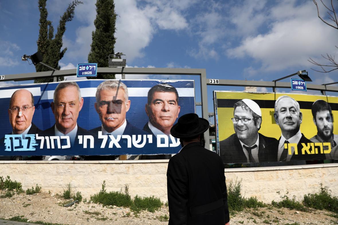 Billboardy Gantzovy strany Modrá a Bílá a Netanjahuova Likudu