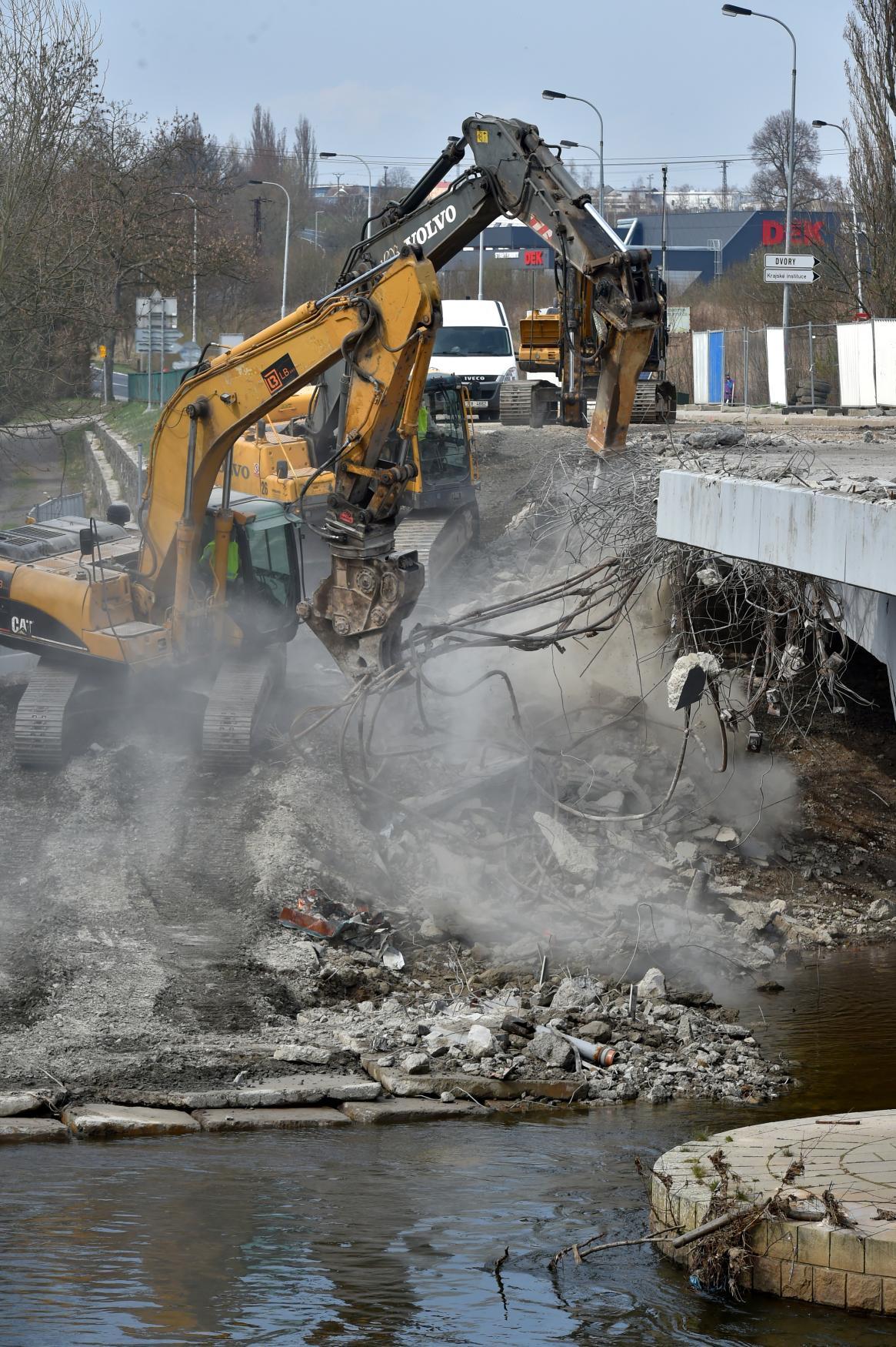 Demolice Doubského mostu v Karlových Varech