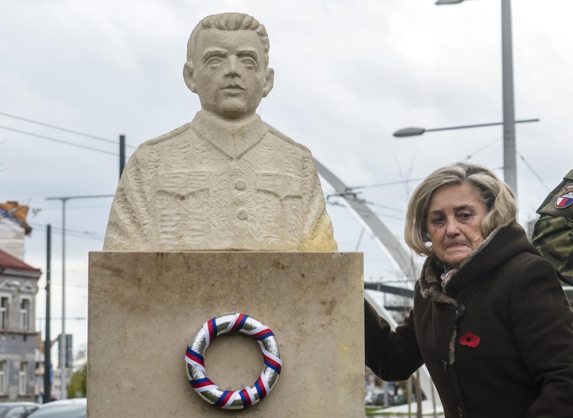 Pamětnice Věra Nývltová s bustou Josefa Šandery (r. 2017)