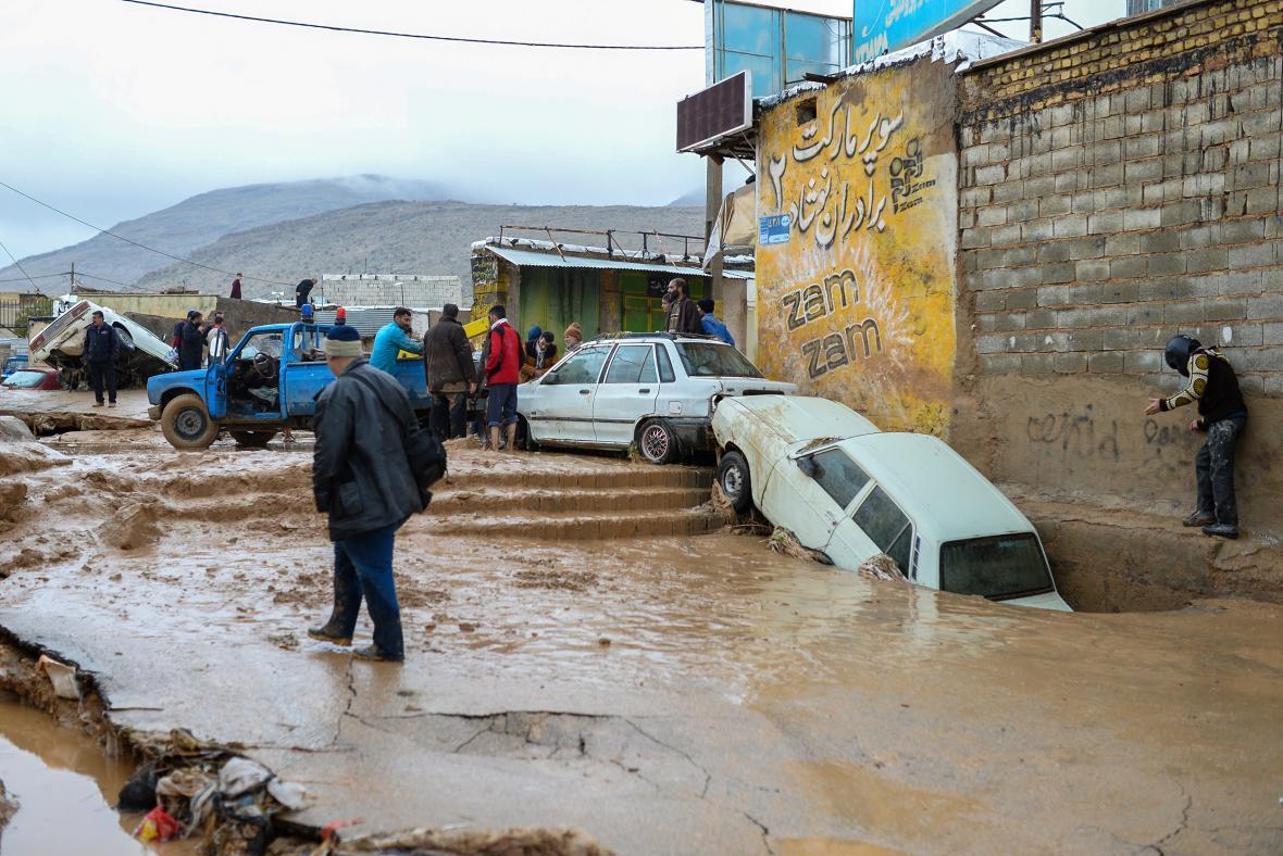 Zaplavená ulice v íránském Šírázu