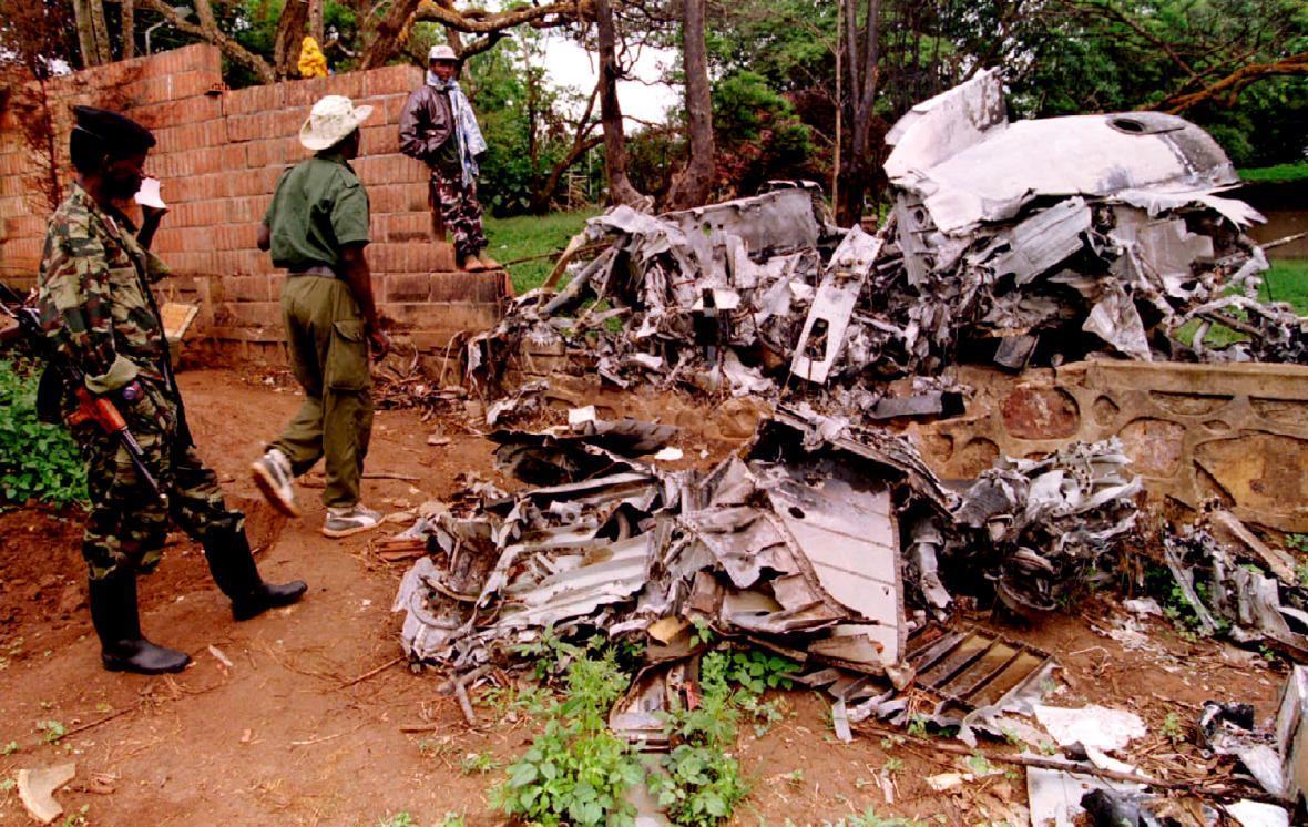 Vojáci Rwandské vlastenecké fronty zkoumají trosky sestřeleného letadla, ve kterém cestovali prezidenti Rwandy a Burundi