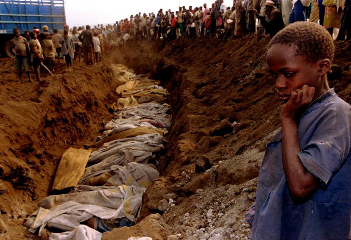 Rwandská dívka stojí u masového hrobu