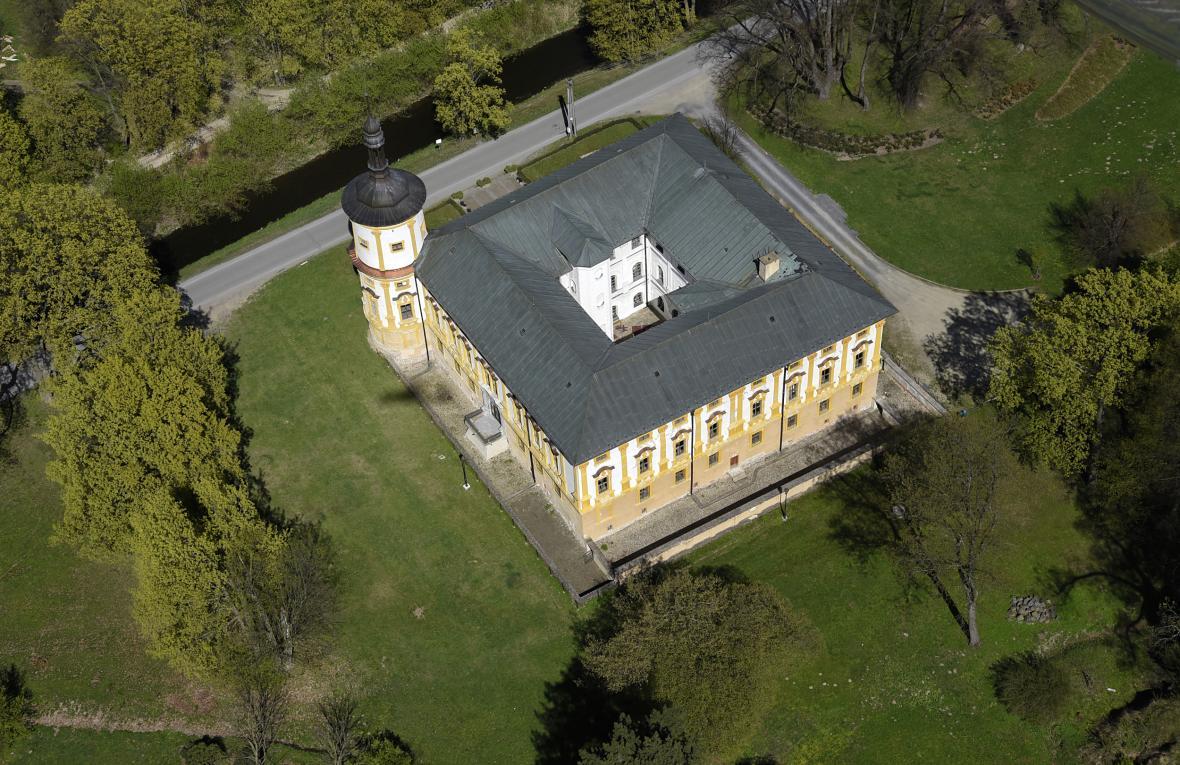 Pohled na zámek Linhartovy z letadla