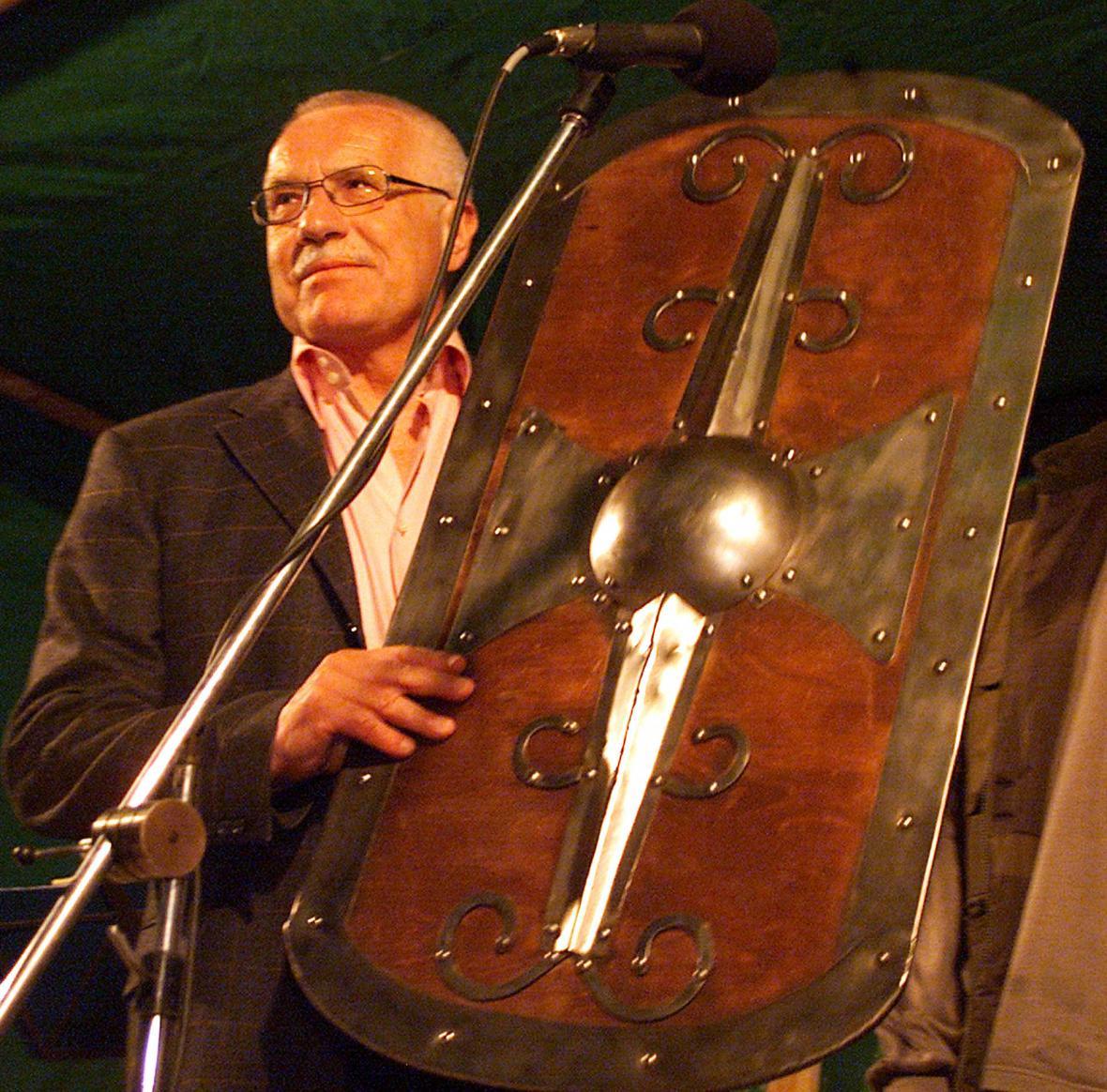 Prezident Václav Klaus na hoře Blaník při vstupu Česka do EU
