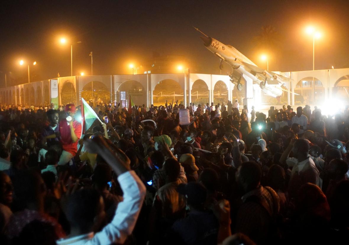Demonstrace před súdánským ministerstvem obrany