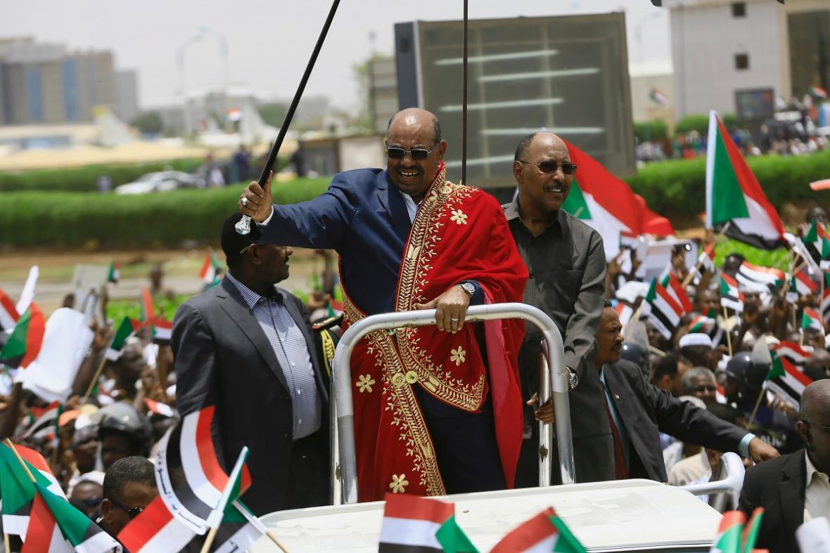 Bývalý prezident Bašír při setkání se svými příznivci