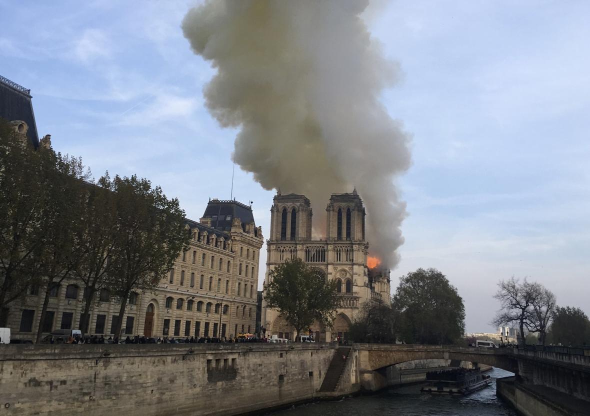 Katedrálu Notre-Dame zasáhl požár