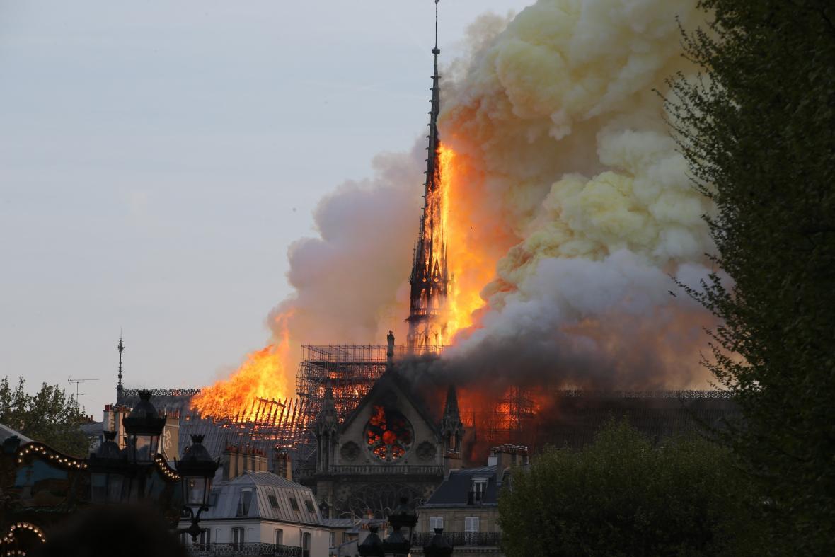 Katedrála Notre-Dame v plamenech