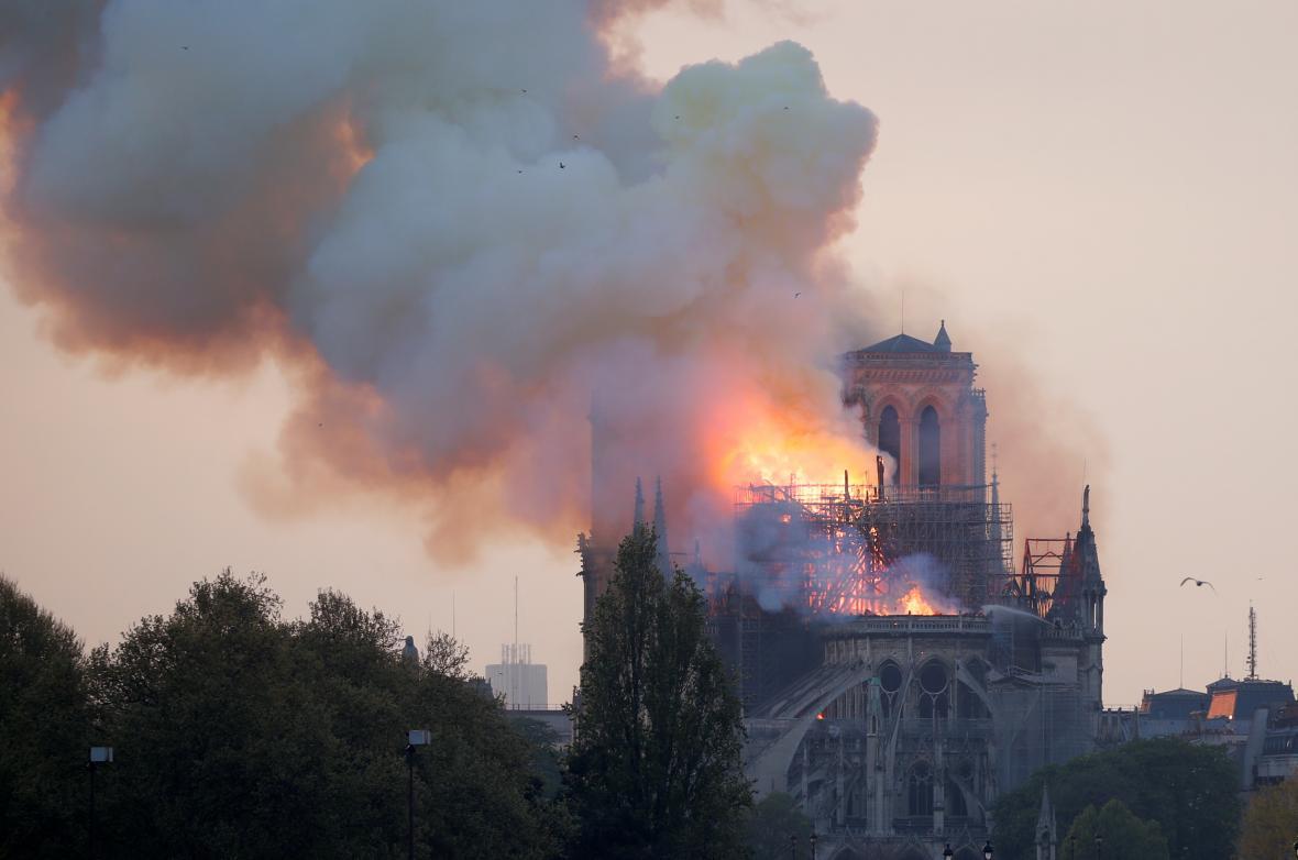 Mohutný požár katedrály Notre-Dame