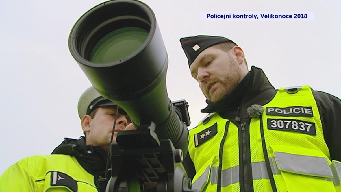 Policisté kontrolují řidiče i pomocí výkonného dalekohledu s fotoaparátem