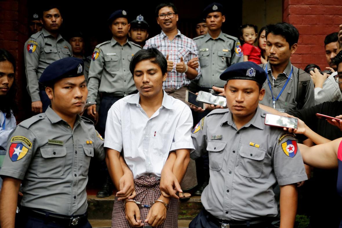Zdražené novináře agentury Reuters po soudním slyšení v myanmarské metropoli Rangún odváží policie (20. srpna 2018)