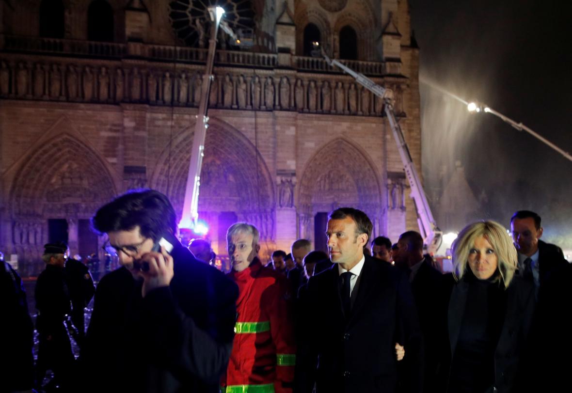 Francouzský prezident Emmanuel Macron se svou ženou Brigitte u hořící katedrály Notre-Dame