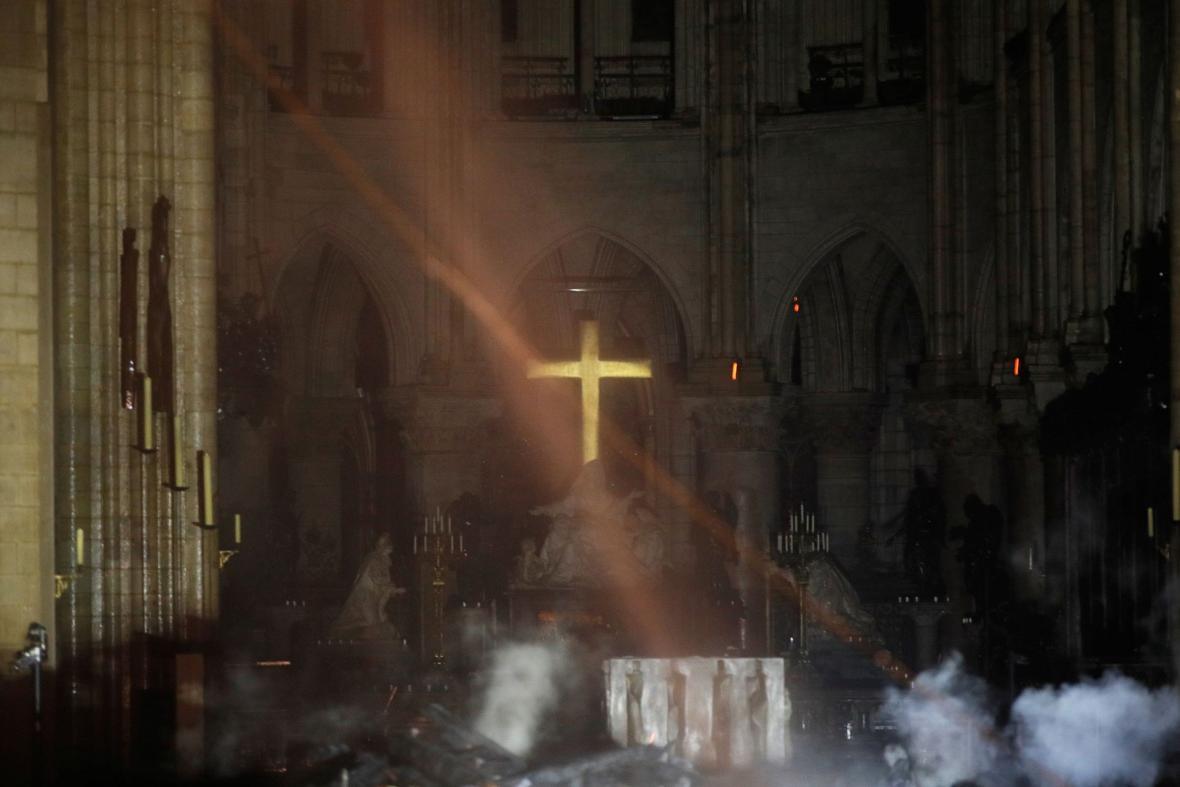 Oltář v katedrále Notre-Dame po ničivém požáru