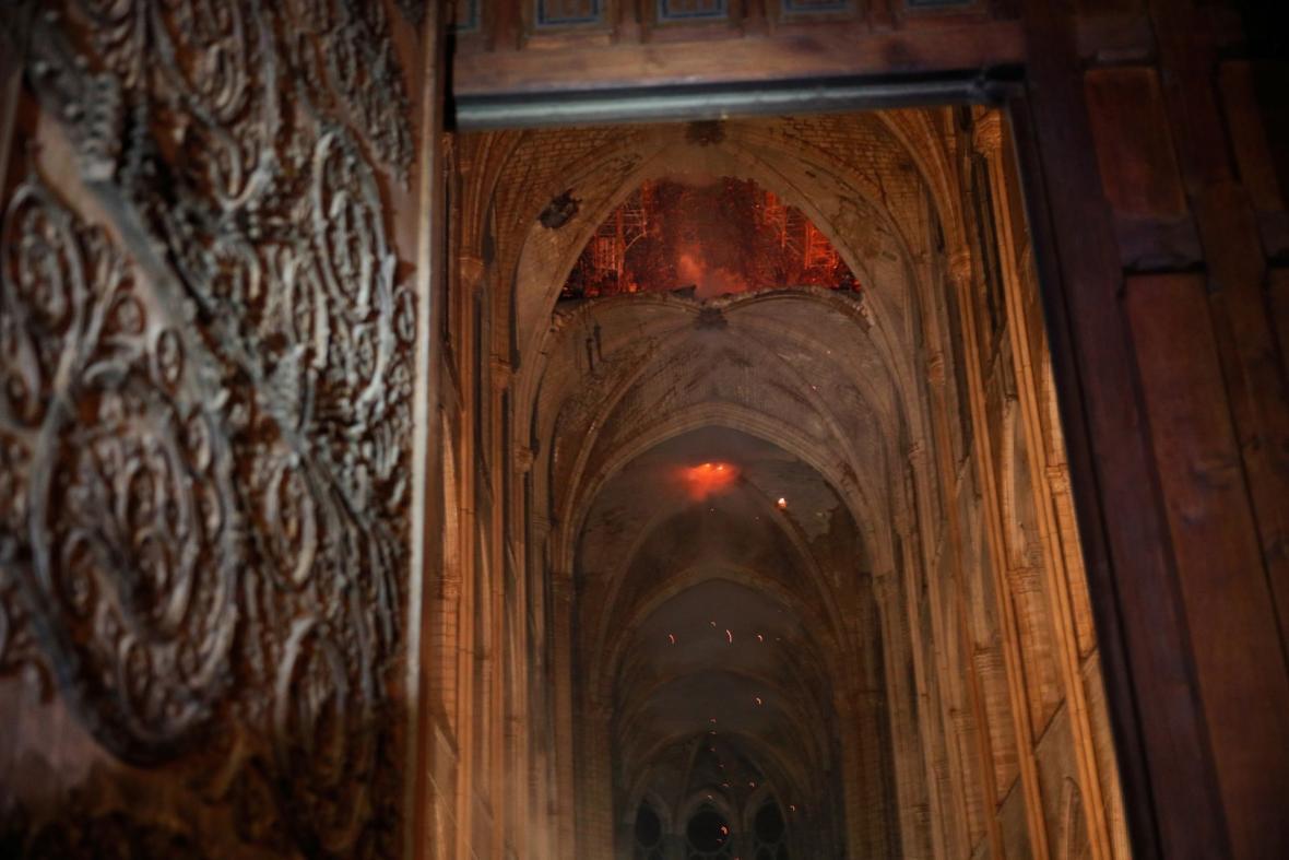 Oheň ničí interiér katedrály Notre-Dame