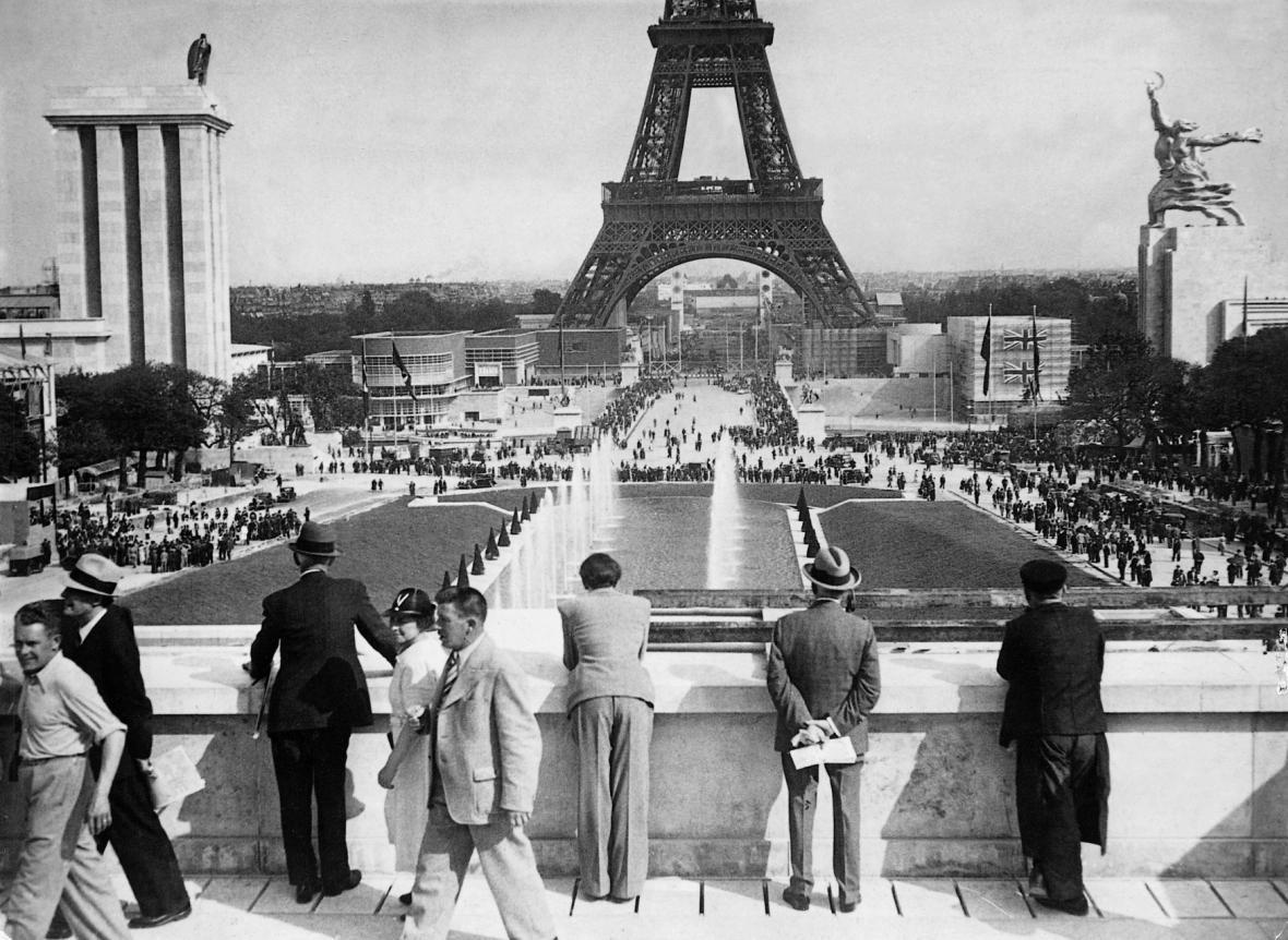 Eiffelova věž během Světové výstavy v roce 1937