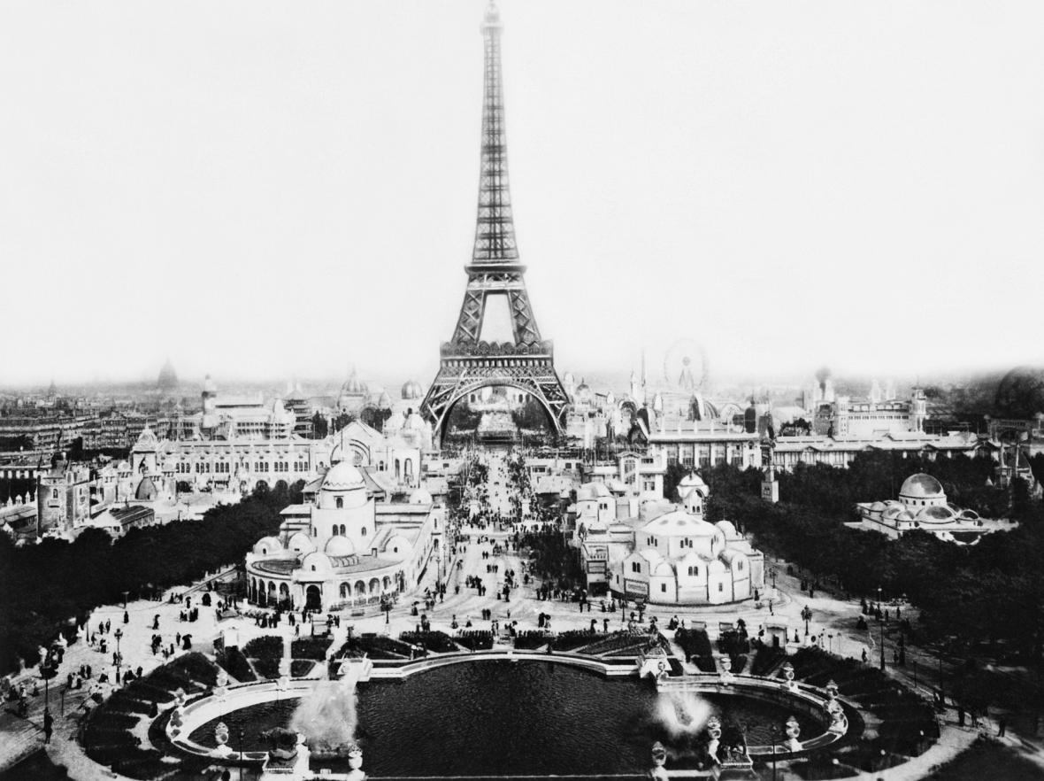 Eiffelova věž během Světové výstavy v roce 1889