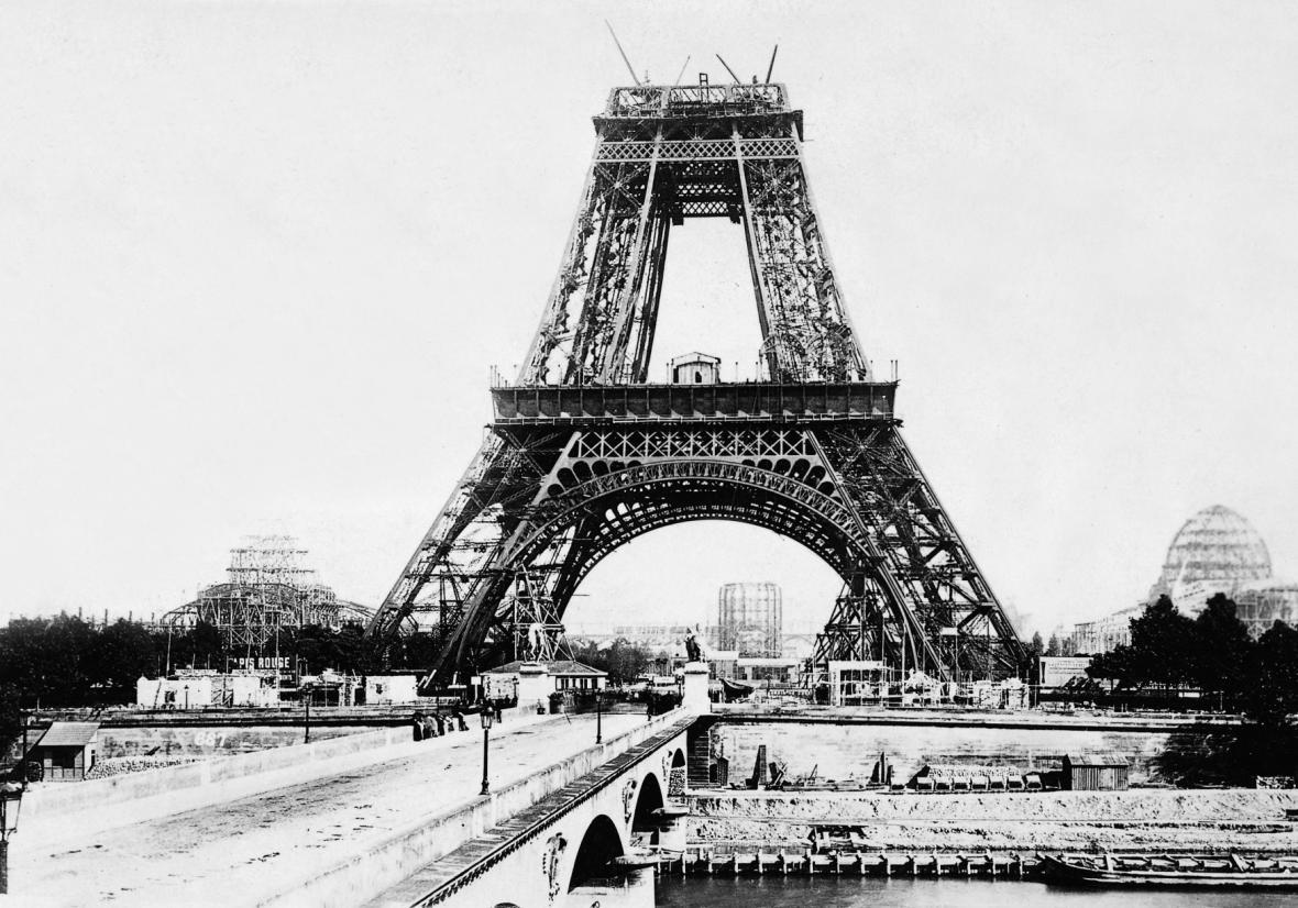 Eiffelova věž během výstavby v roce 1888