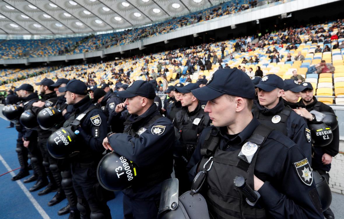 Bezpečnostní složky na stadionu, kde se koná debata ukrajinských prezidentských kandidátů Porošenka a Zelenského