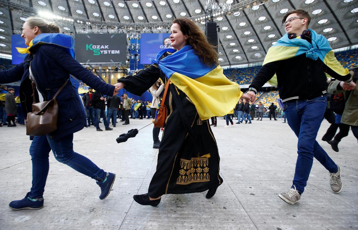 Lidé na stadionu v Kyjevě před začátkem debaty Porošenka a Zelenského