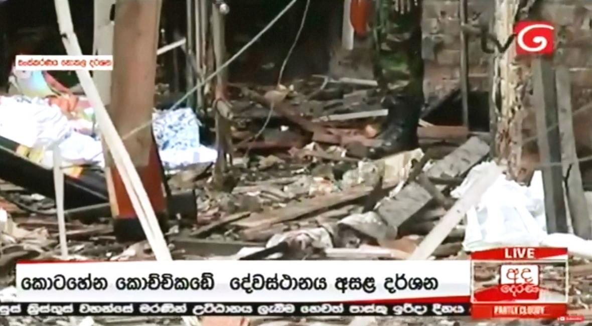 Následky výbuchu v kostele na Srí Lance