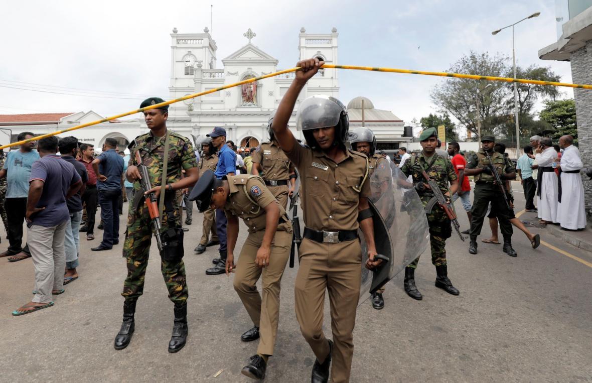 Vojáci před kostelem svatého Antonína v Kolombu