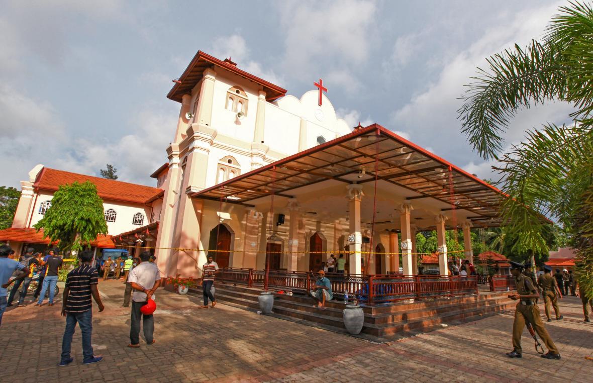 Srílanské bezpečnostní složky u kostela ve městě Negombo