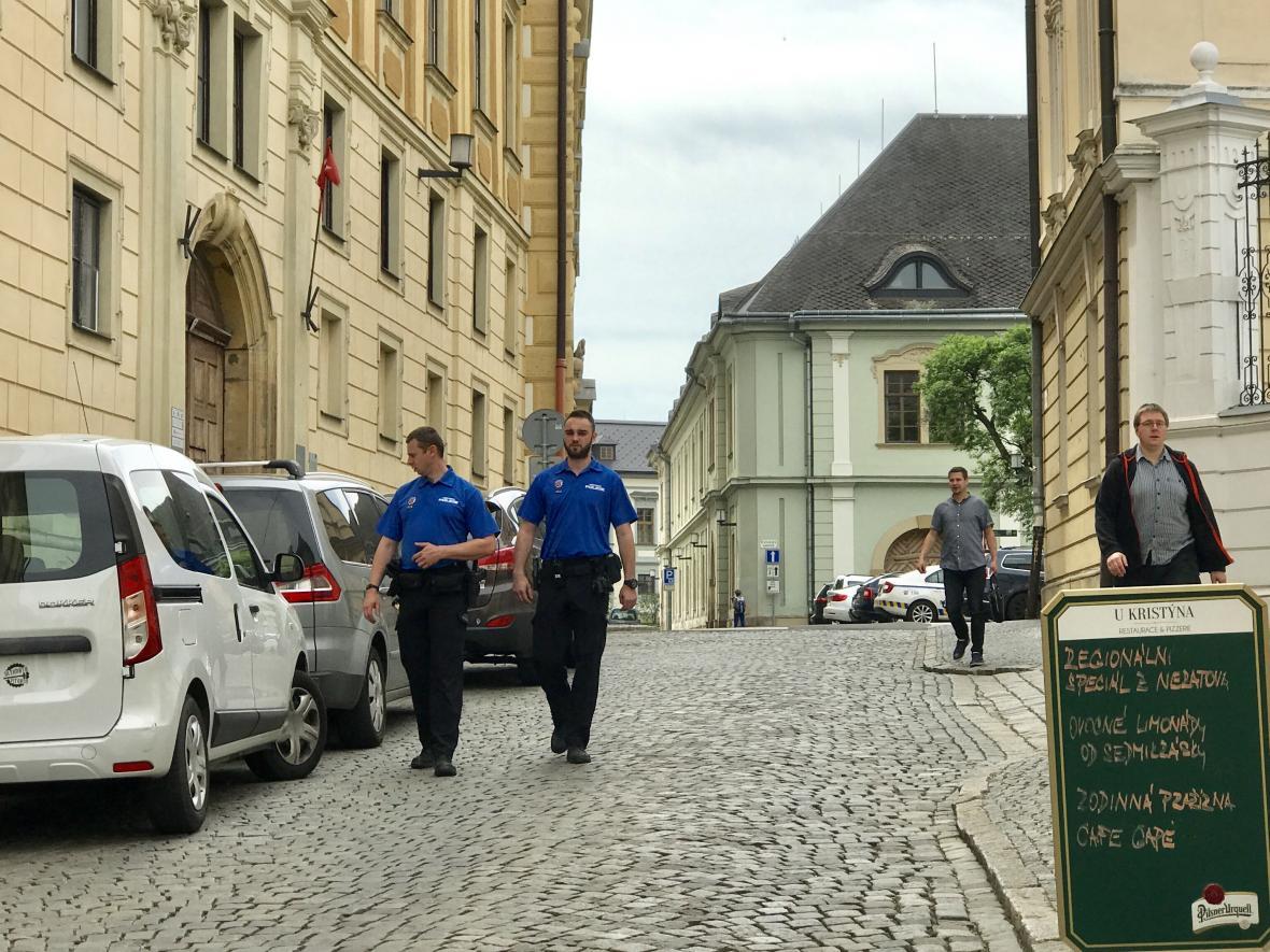 Hlídka strážníků ve Wurmově ulici v Olomouci