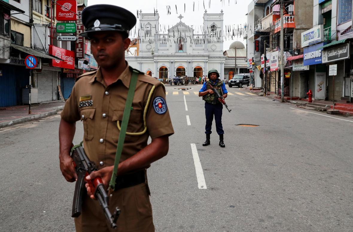 Ozbrojené hlídky v ulicích Kolomba