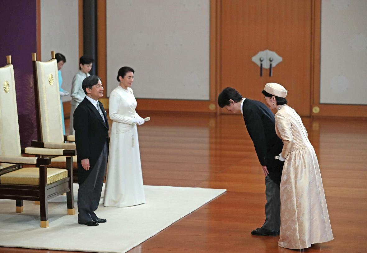Japonsko má nového císaře (Naruhito na snímku vlevo spolu s manželkou Masako)