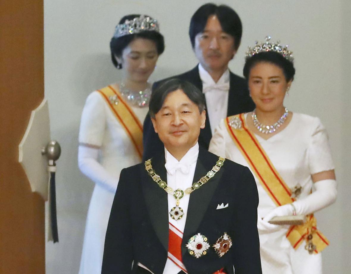 Nový japonský císař Naruhito odchází z ceremonie