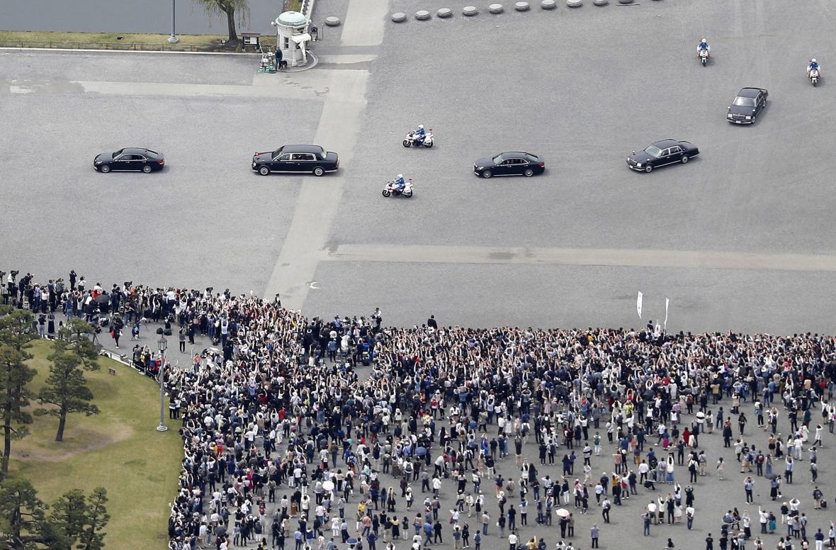 Ceremonii sledovaly davy lidí