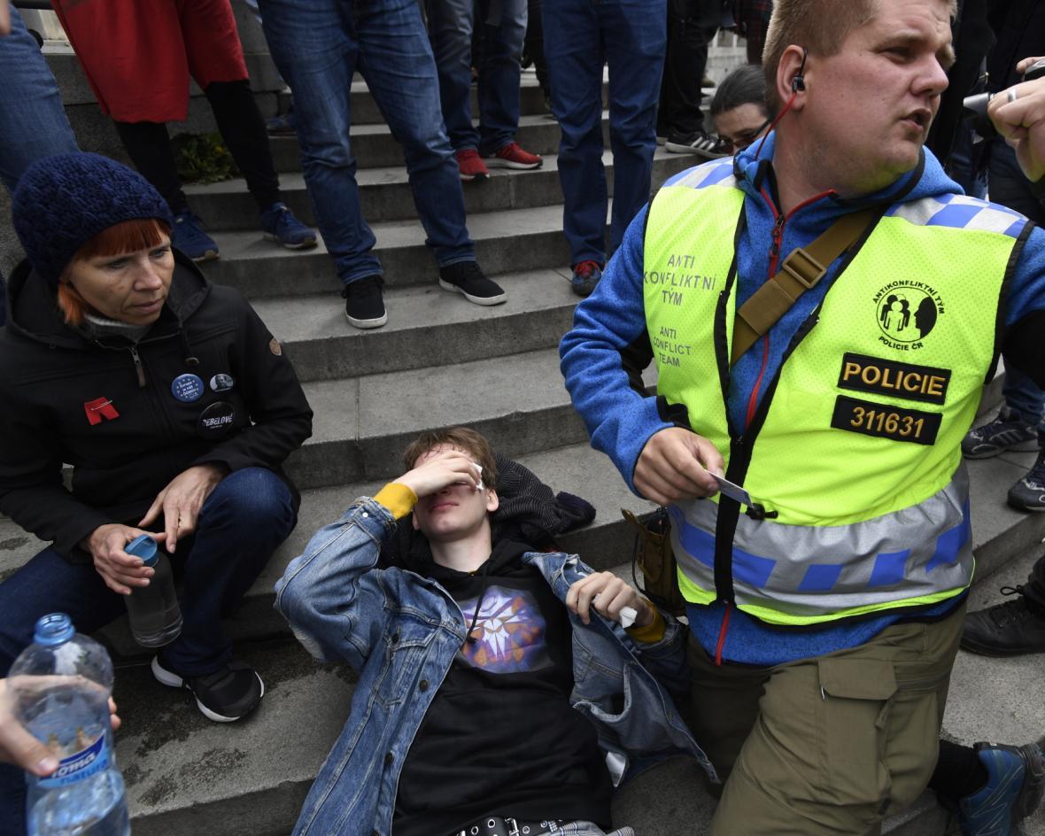 Při potyčce na shromáždění KSČM zasáhl jednoho z účastníků pepřový sprej