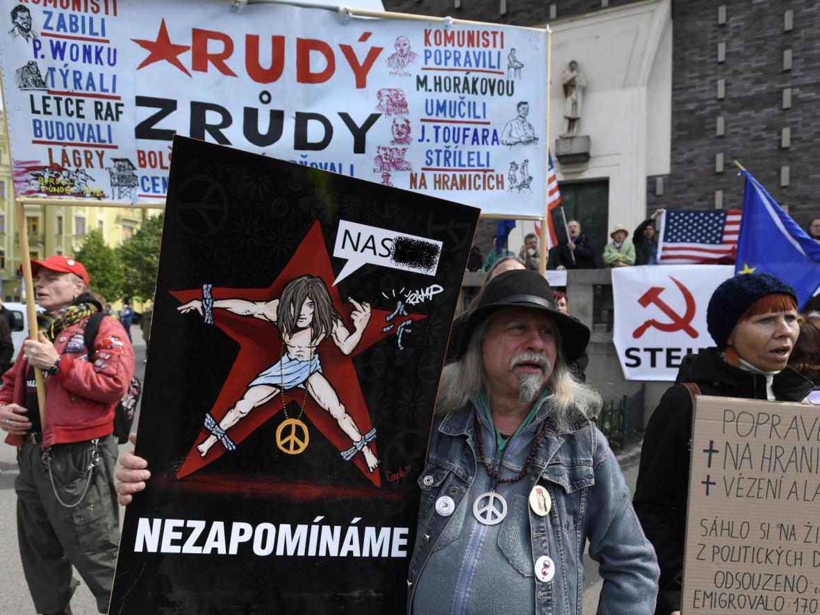 Odpůrci komunistů na akci KSČM na náměstí Jiřího z Poděbrad v Praze