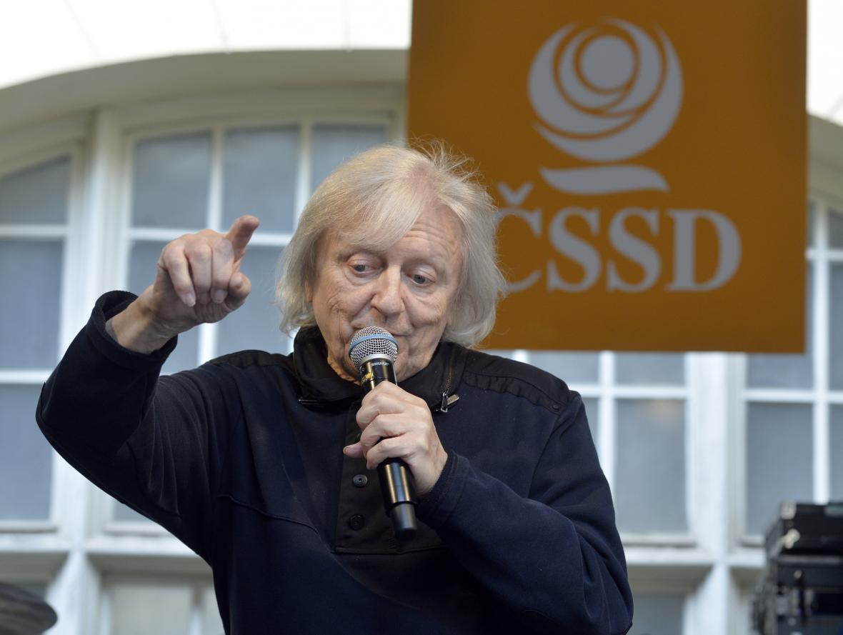 Zpěvák Václav Neckář na prvomájové oslavě sociálních demokratů na dvoře Lidového domu