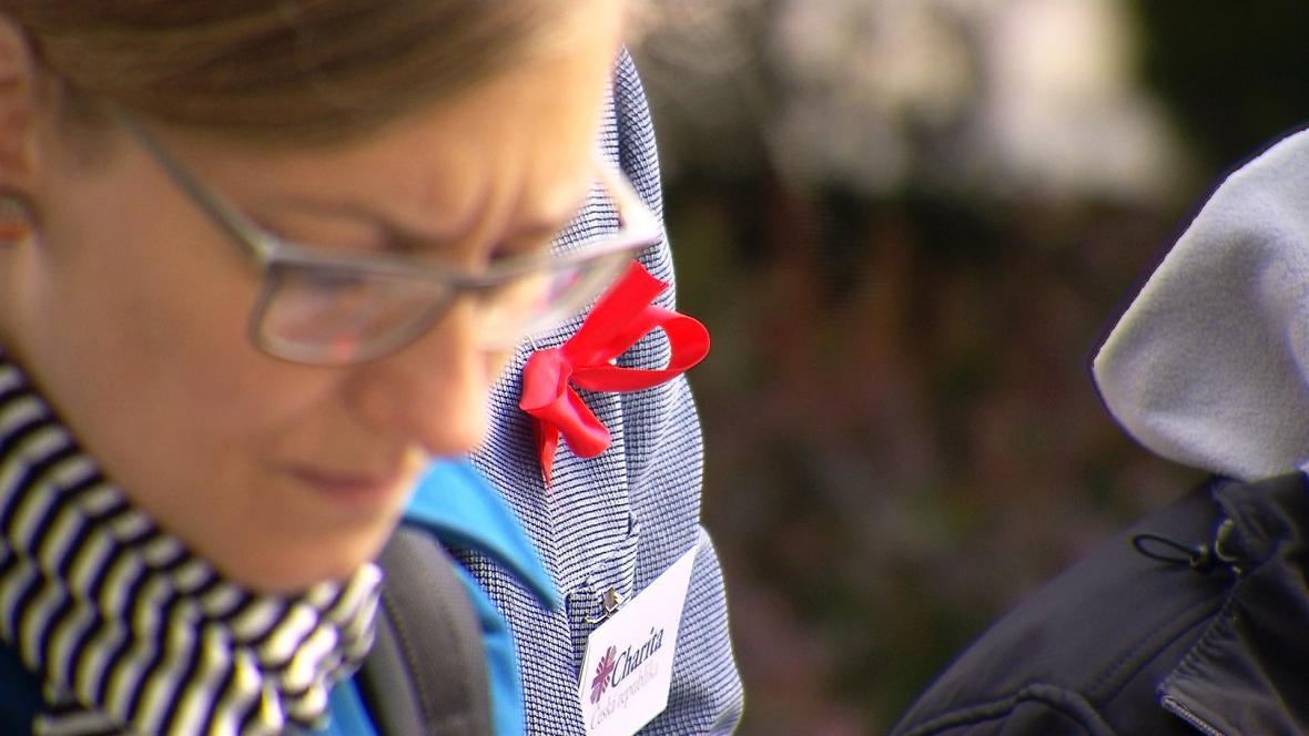 Sestry domácí péče si na protest připnuly červené mašle