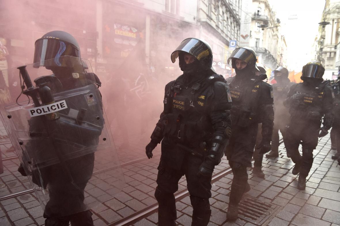 Policisté dohlížejí na pochod radikálů a jejich odpůrce v Brně
