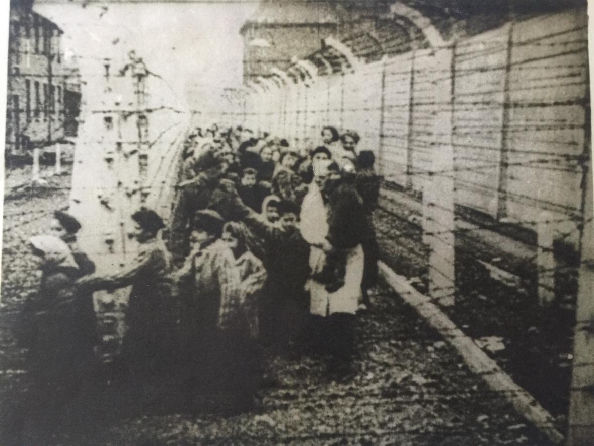 Jiří Fišer ( třetí zleva) na fotografii z osvobození Osvětimi