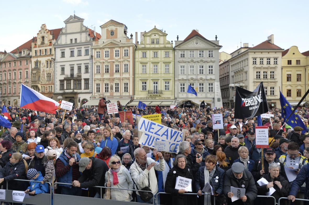 Demonstrace na Staroměstském náměstí proti Marii Benešové a Andreji Babišovi