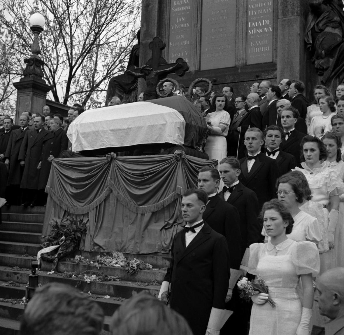Rakev s ostatky Karla Hynka Máchy na Vyšehradě