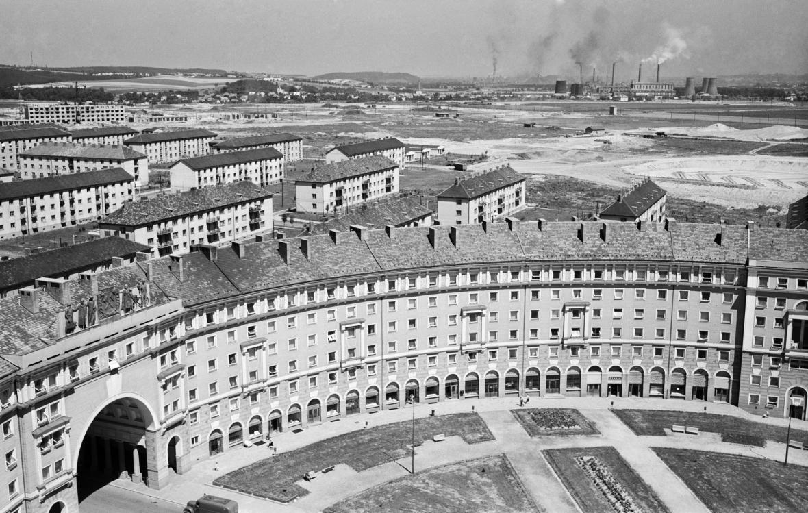 Pohled na dům Oblouk a vznikající zástavbu v Porubě v roce 1958