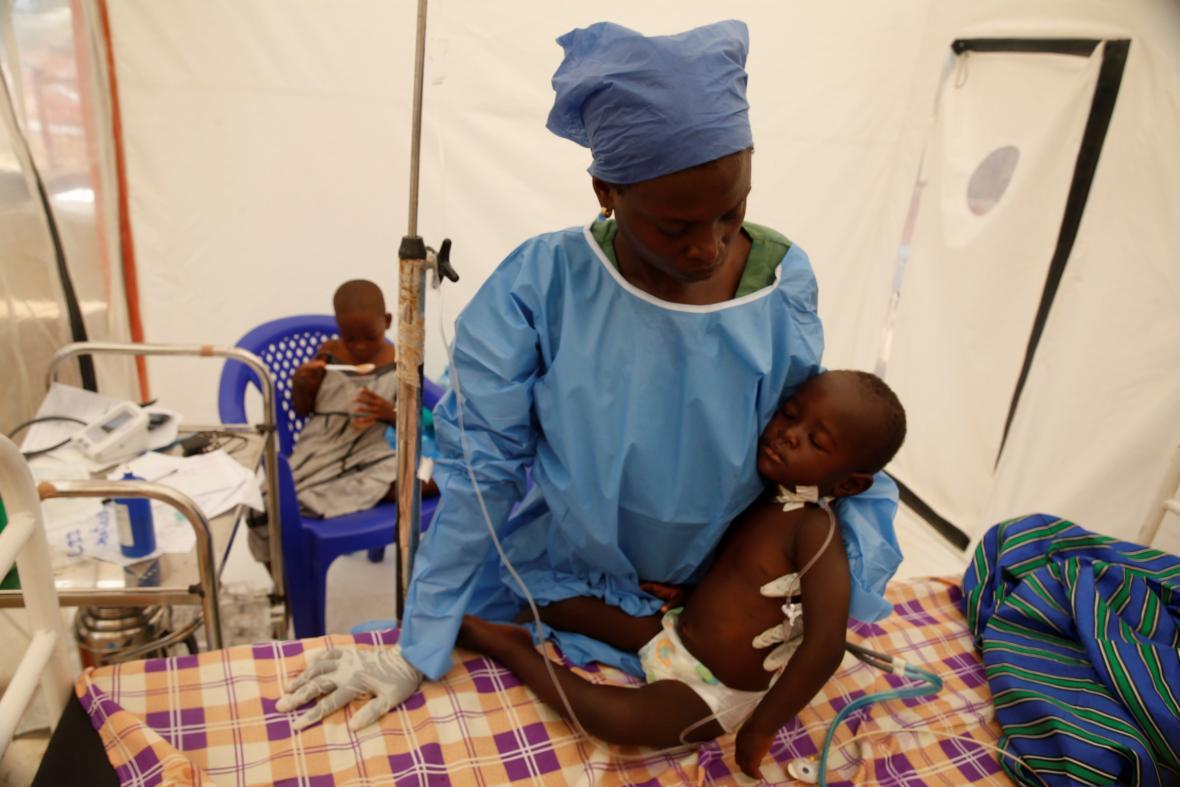 Matka s dítětem s potvrzenou ebolou