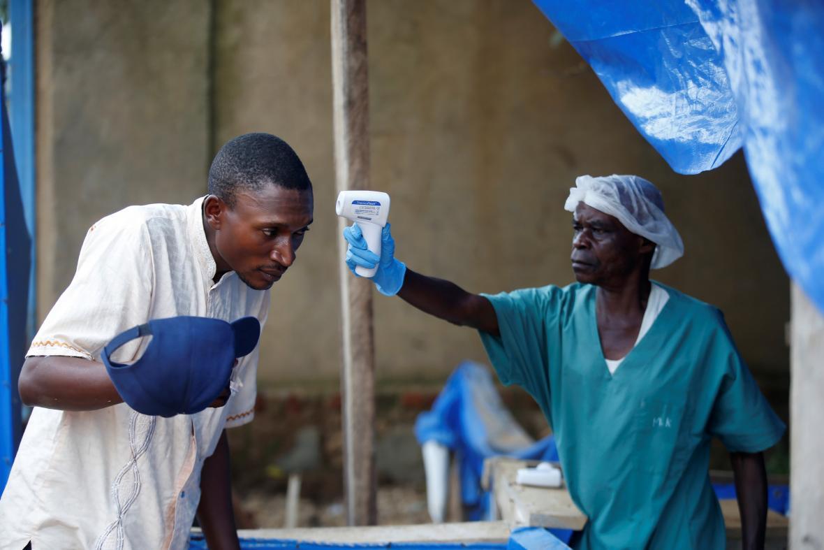 Zdravotník v Kongu kontroluje pacienta s podezřením na ebolu