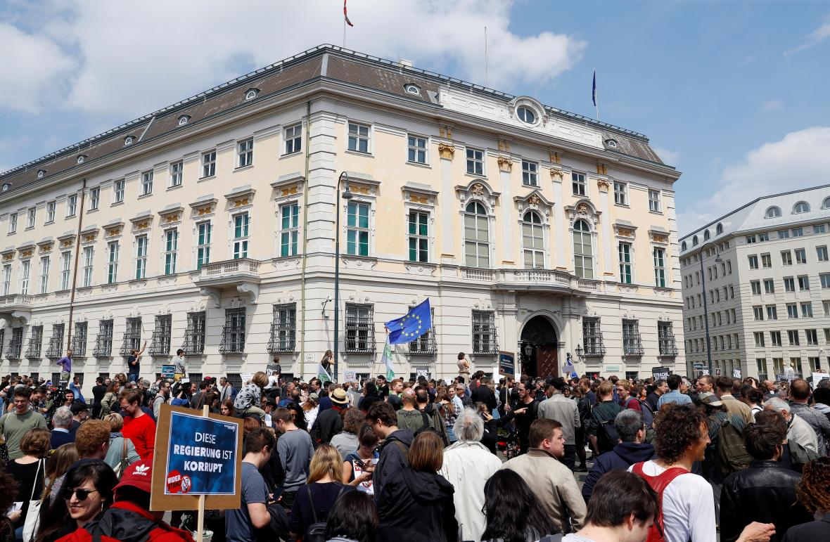 Demonstranti požadují před sídlem rakouského kancléře nové volby