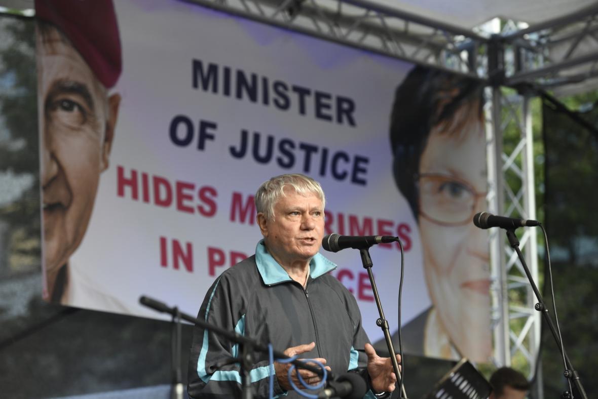 Biskup Václav Malý na demonstraci za demisi ministryně spravedlnosti