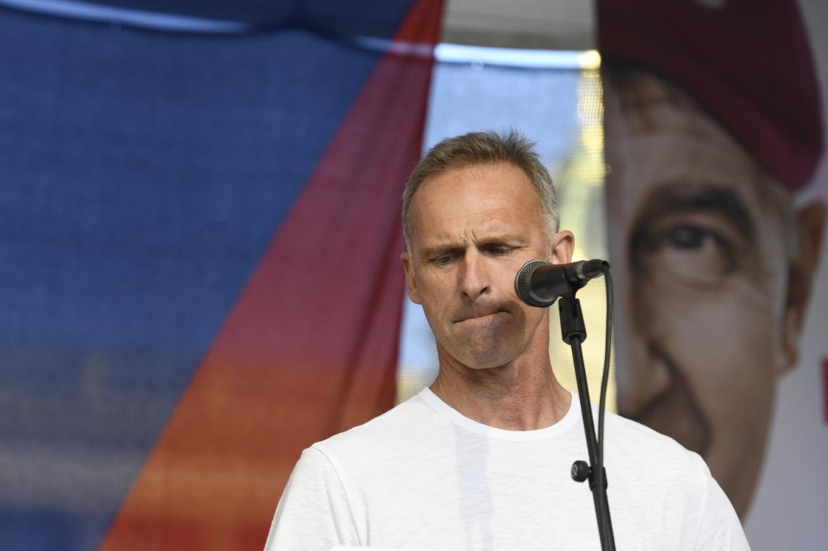 Bývalý hokejový brankář Dominik Hašek hovoří na demonstraci za demisi ministryně spravedlnosti Marie Benešové