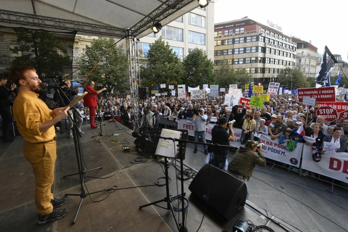 Předseda spolku Milion chvilek pro demokracii Mikuláš Minář hovoří k demonstrantům