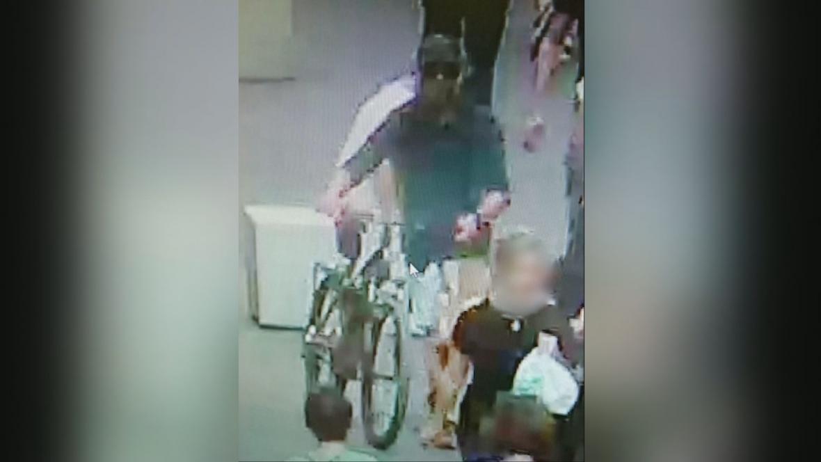 Podezřelý muž na záběru bezpečnostní kamery