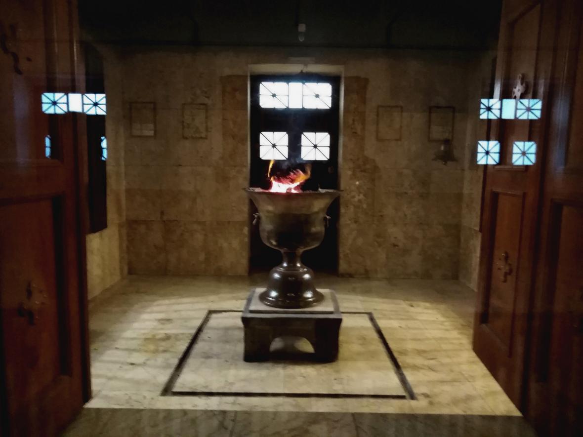 Věčný oheň v zoroastrijském chrámu ohně v Jazdu